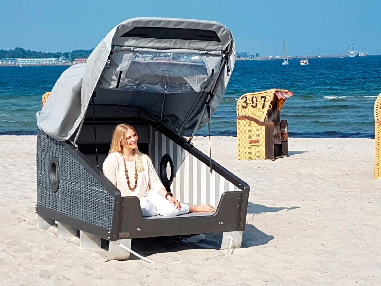 am Strand schlafen im Strandkorb