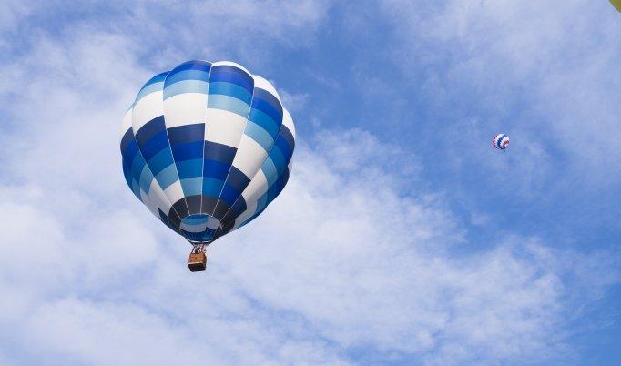 Ballonfahrt über Schweinfurt bei blauem Himmel