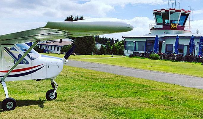 Weißes Ultraleichtflugzeug in Mainz Finthen